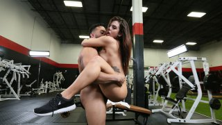 Stunning chick brings her delicious ass at the gym