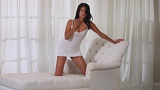 Tanned seductress cums